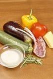 Variation av grönsakingredienser för att laga mat på trälantligt lamm för fruktsaft för olja för peppar för aubergine för ost för Arkivfoto