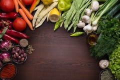 Variation av höstgrönsaker och kryddor med mörk träbakgrund Fotografering för Bildbyråer