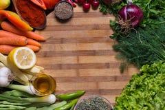 Variation av höstgrönsaker och kryddor med träbakgrund Arkivbild
