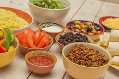 Variation av ingredienser som gör mexikanska burritos Royaltyfri Foto