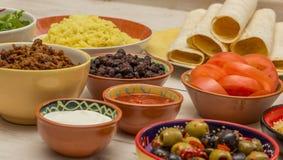 Variation av ingredienser som gör mexikanska burritos Arkivfoton