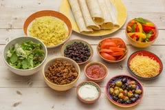 Variation av ingredienser som gör mexikanska burritos Royaltyfri Bild