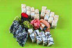 Variation av japanska sushirullar på tabellen Royaltyfri Foto