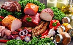 Variation av köttprodukter inklusive skinka och korvar Fotografering för Bildbyråer