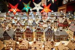 Variation av keramiska hus och stjärnagirlander på traditionell jul marknadsför i Strasbourg Royaltyfria Bilder