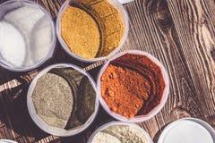 Variation av kryddor och örter på köksbordet arkivbilder