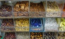Variation av kryddor och ?rter p? gatamarknad royaltyfri fotografi