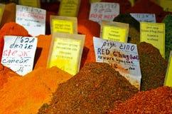 Variation av kryddor på skärm i matmarknad Arkivfoton