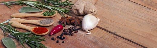Variation av kryddor på köksbordet Royaltyfria Bilder