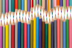 Variation av kulöra blyertspennor som är ordnade som en vågform Skolakonst s arkivfoton