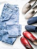 Variation av kvinnors kläder för stil för mode fria gå och skor - mammajeans, slipons, espadrilles, läderskor på ett ljus arkivfoto