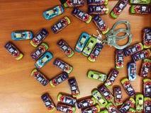 Variation av leksaker på jumbolagret - leksakbilar och handbojor arkivbild