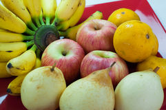 Variation av ny frukt på ett uppläggningsfat behandlar Royaltyfri Foto
