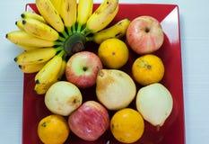 Variation av ny frukt på ett uppläggningsfat behandlar Royaltyfria Foton
