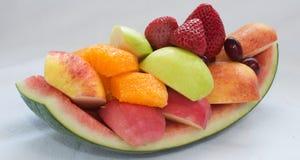 Variation av ny frukt som ordnar till för att äta Arkivfoto