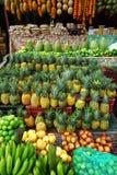 Variation av ny frukt som ska säljas i marknad i Santander, Colombia royaltyfria bilder