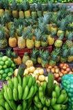 Variation av ny frukt som ska säljas i ställning i Santander, Colombia arkivfoto