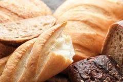 Variation av nytt smakligt bröd, closeup arkivfoto