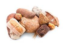 Variation av nytt smakligt br?d p? vit bakgrund royaltyfri foto