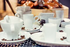 Variation av olika former av kaffekoppar på metallbakgrunden i utställningpresentation Slapp selektiv fokus Royaltyfria Foton
