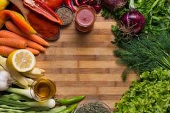 Variation av olika grönsaker och kryddor på träbakgrund Royaltyfria Bilder