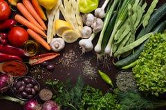 Variation av olika höstgrönsaker och kryddor Arkivfoto