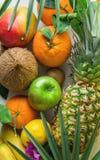 Variation av olika tropiska och sommarfrukter Äpplen Kiwi Bananas för citroner för apelsiner för ananasmangokokosnöt citrusa på m Arkivbild