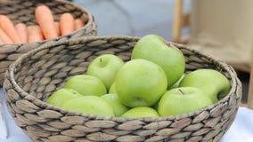 Variation av organiska äpplen i korgar på den wood tabellen stock video