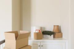 Variation av packade flyttningaskar i tomt rum royaltyfri foto
