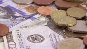 Variation av räkningar av dollar och mynt stock video