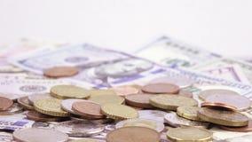 Variation av räkningar av dollar och mynt arkivfilmer