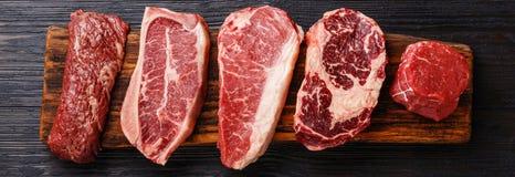 Variation av rå svarta Angus Prime köttbiffar arkivfoto