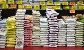 Variation av rice staplar upp i asiatisk marknad Arkivfoton