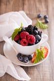 Variation av sommarbär i en kopp royaltyfri fotografi