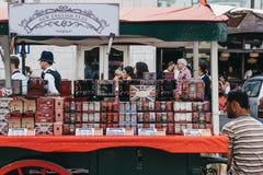 Variation av teer på försäljning ett stånd i Portobello vägmarknad, arkivbilder