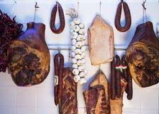 Variation av ungrare kurerade köttprodukter och nya peppar och nollan Arkivbilder