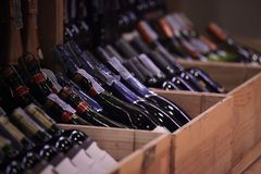 Variation av vin i spjällådor på detaljhandel shoppar royaltyfria bilder