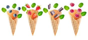 Variation des cônes de gaufre avec les baies et le chocolat de vol slic Photographie stock