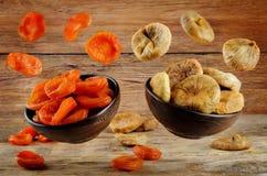 Variation des fruits secs : abricots secs et figues sèches Photographie stock