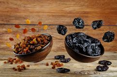Variation des fruits secs : pruneaux et raisins secs Photos libres de droits
