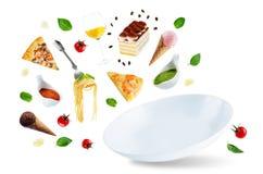 Variationen av den italienska maten för flyg och en vit plattaisola Arkivfoton