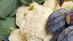Variationer av kål, vit, Bryssel, broccoli, färg på marknadsräknaren Sund mat, sund fiber, grönsak stock video