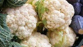Variationer av kål, vit, Bryssel, broccoli, färg på marknadsräknaren Sund mat, sund fiber, grönsak lager videofilmer