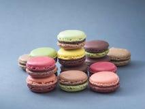Variations françaises de couleur et de goût de macarons de dessert Photographie stock libre de droits