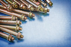 Variazione dei bulloni d'ancoraggio del metallo con i dadi della costruzione su metall Fotografia Stock