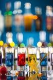 Variazione dei colpi alcolici duri sul contatore della barra Immagini Stock
