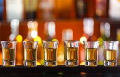 Variazione dei colpi alcolici duri sul contatore della barra Fotografie Stock