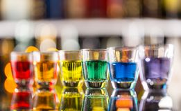 Variazione dei colpi alcolici duri sul contatore della barra Fotografia Stock Libera da Diritti