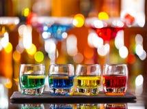 Variazione dei colpi alcolici duri sul contatore della barra Fotografia Stock