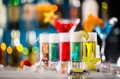 Variazione dei colpi alcolici duri sul contatore della barra Fotografie Stock Libere da Diritti